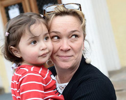 Åsa Dufbäck tillsammans med lilla Haneen Alsabae från Homs i Syrien. Foto: Fredrik Sandberg