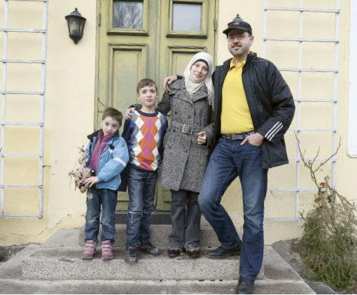 Familjen Alhalaq: Mamma Aamer Zeino, pappa Abdalmanan, sönerna Abdulla, 4 år, och Walaa, 10 år.Foto: Fredrik Sandberg