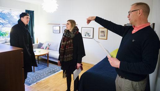 7000 i månaden tror han sig klara, Oscar Olsson, som funderar på en lägenhet i Gubbängen utanför Stockholm. Kompisen Martine Grövelbakke och mäklaren Mats Brunesson ger råd. Foto: Vilhelm Stokstad