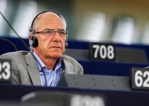 Lyssnar på rörelsen? Olle Ludvigsson (S) har djupa rötter i facket och är ute på arbetsplatsmöten nästan varje vecka för att behålla kontakten med människor på verkstadsgolvet. Foto: Fredrik Persson