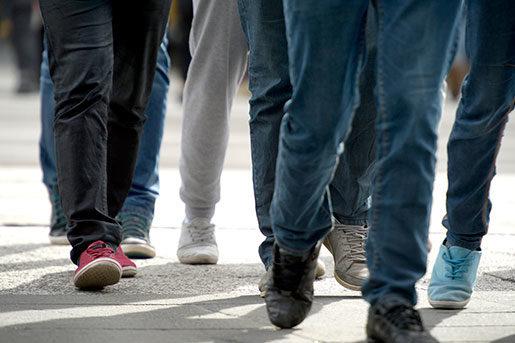 Jeans, sneakers, kepsar, t-shirts, läderjackor, kängor, och mjukisbyxor nästa – säg det arbetarplagg som inte plockats upp från gatan och blivit högsta mode. Foto: Janerik Henriksson