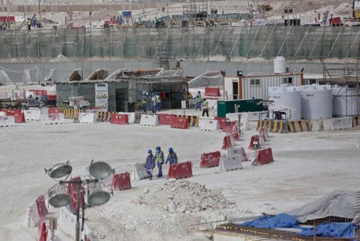 Utländska arbetare vid bygget av Al-Wakra-stadion inför fotbolls-vm i Qatar 2022. Foto: Maya Alleruzzo
