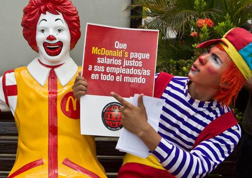 Protesterna mot McDonalds låga löner har pågått länge och i många länder. Clownen på bilden protesterade utanför en restaurang i Managua, Nicaragua, förra året.Foto: Esteban Felix
