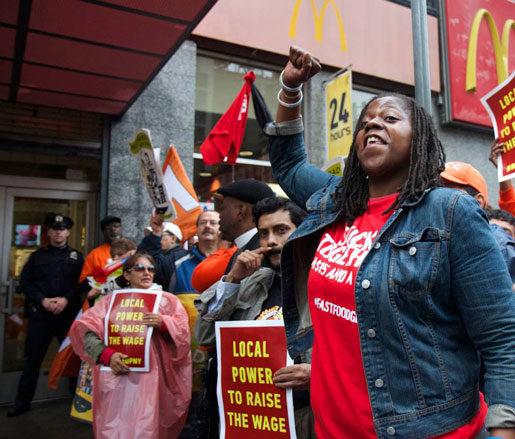 –Det är dags för en förändring. Naquasia LeGrand protesterar med andra snabbmatsanställda utanför McDonald's huvudkontor.Foto: Fight for $15