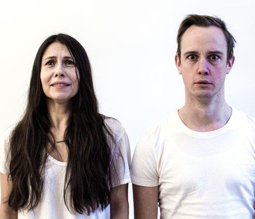 Sandra Medina och Nils Granberg i Teateretablissemangets djupdykning i prekariatets villkor.Foto: Johan Svenson