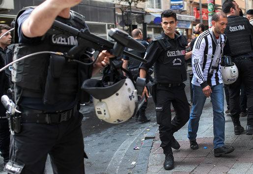 En demonstrant grips i Istanbul på första maj. Foto: Emrah Gurel