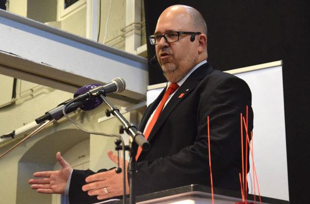 LO-ordföranden Karl-Petter Thorwaldsson talar på Kårhuset i Norrköping på första maj. Foto: Lars Larsson