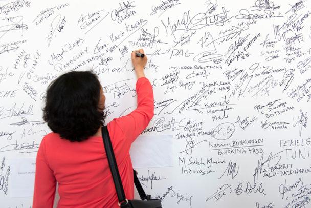 I dag, fredag, startar ILO:s kampanj 50 for Freedom. Den siktar på att få fler länder att ratificera konventionen mot tvångsarbete – målet är 50 länder före slutet av 2018. under hela ILO-mötet har delegater kunnat skriva under kravet på att avskaffa tvångsarbete. Foto: Pouteau/Crozet