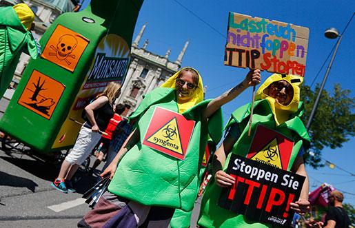 Stoppa TTIP-förhandlingarna, krävde tyska demonstranter igår. Foto: Matthias Schrader/AP