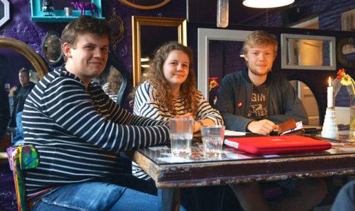 Martin Thing, Laura Bejder och Andreas Esbjørnsen går sisa året i gymnasiet. –Dansk politik kan vara förvirrande. Inte bara för svenskar utan även för oss som bor här, säger Martin Thing.Foto: Erik Larsson