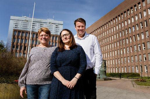 Skyddsombudet Yvonne Mattsson (till vänster) har utvecklat skyddsronderna till att även omfatta den psykiska ohälsan. Här med Irma Felic och Jonas Andersson.Foto: Ola Torkelsson