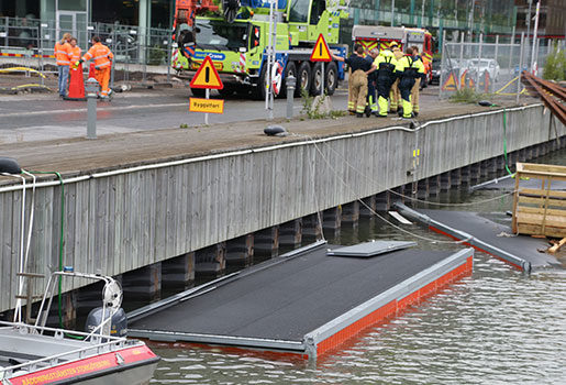 Tre byggbaracker föll på måndagsmorgonen i vattnet vid Lindholmspiren på Hisingen i Göteborg. En person drogs med i raset, men kunde göra sig fri från barackerna och ta sig upp på egen hand. Foto: Björn Larsson Rosvall