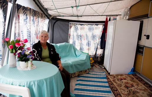 Wanda Dilc, 64-årig jordgubbsplockare från Polen, bor i husvagn och har inga klagomål på lönen. Foto: Rickard Nilsson