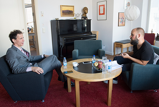 – Det kanske blir en femte bok också, avslöjar David Lagercrantz till Daniel  Suhonen när de samtalar i Norstedts konferensrum.Foto: Fredrik Sandberg