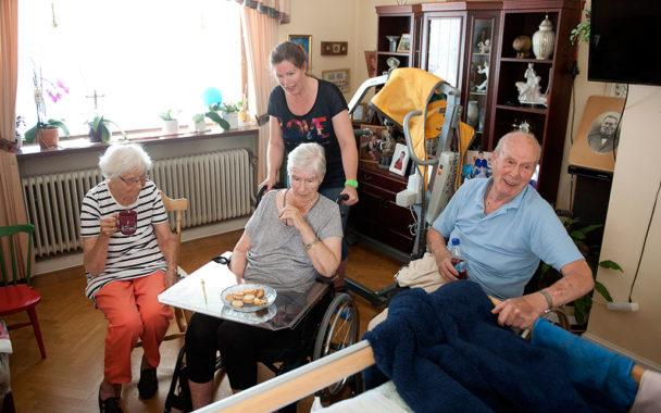 """Pia Helgesson och hennes kolleger hjälper dagligen till hemma hos Gösta och Yvonne Nilsson, som den här dagen har besök av Gertrud Theander. Arbetet som ska göras finns detaljerat beskrivet, men tiden det tar kan variera. """"Blir de lite sena hit så ringer de"""", säger Gösta Nilsson. """"Det är bra, bara man får veta, så går det bra."""" Foto: Björn Lindgren"""