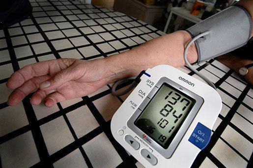 Håll koll på blodtrycket om du jobbar långa dagar, är forskarnas råd. Foto:  Hasse Holmberg