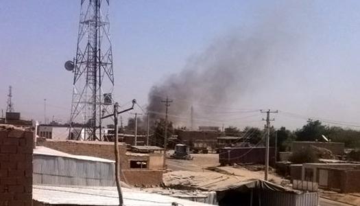En rökpelare stiger från en polisstation som satts i brand under striderna i Kunduz på måndagen. Foto: TT/AP