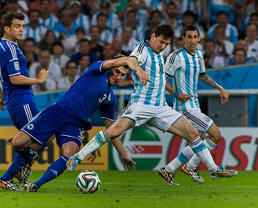 Messi i kämpartagen i matchen mellan Argentina och Bosnien-Hercegovina i Rio förra året kan ha ökat frånvaron i arbetslivet i Sverige. Foto: Jonas Ekströmer