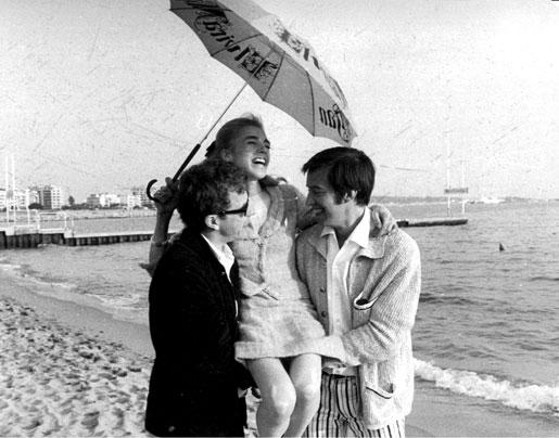Bo Widerberg och Thommy Berggren bär Pia Degermark i gullstol i Cannes, där hon fick pris som bästa skådespelerska i Elvira Madigan.