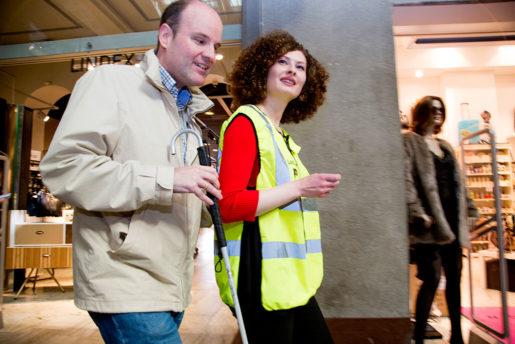 Fredrik Larsson och Victoria Gustafsson har träffats förr och vandrar vant  tillsammans från perrong till taxi.Foto: Johanna Norin