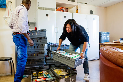 Matleveranserna packas upp. Mustafa Nour och Maria-Paz Briones är två av tio nyanställda på Norrköpings kommun. Kommunen tar emot omkring tio barn i veckan, och anställningsbehovet beräknas öka. Foto: Henrik Witt