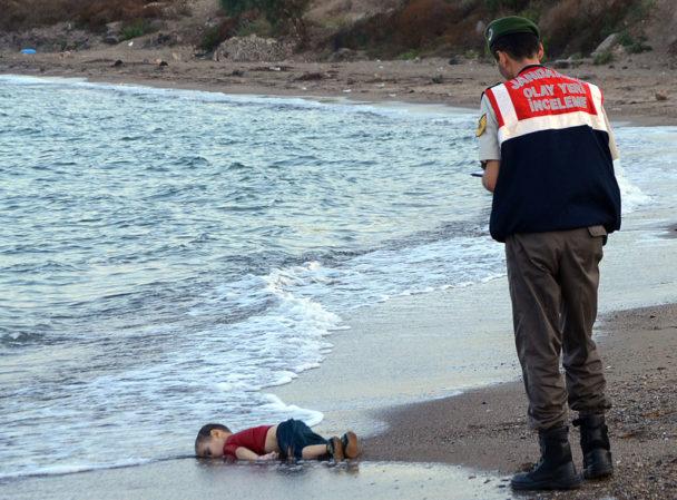 Treårige Alan Kurdis döda kropp spolades upp på en strand i Turkiet i början av september. Foto: Nilufer Demir