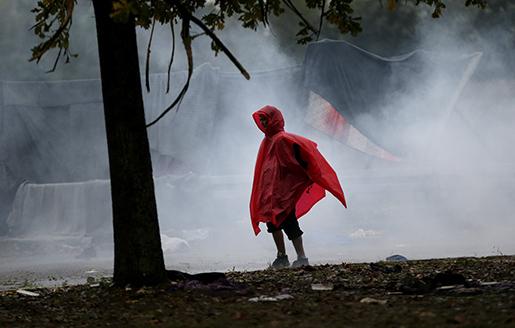 Hundratals flyktingar har övernattat i regnet vid gränsen mellan Kroatien och Slovenien. Foto: AP / TT