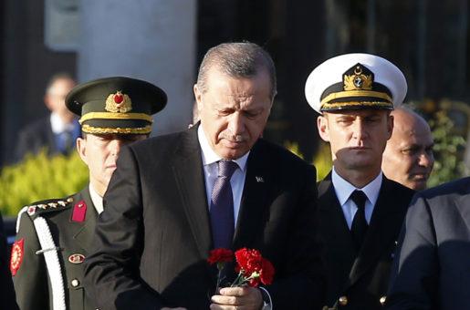 Turkiets president Recep Tayyip Erdogan lägger ned blommor vid platsen för attentatet. Foto: AP Photo/Emrah Gurel