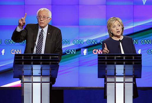 Hillary Clinton, till höger, och Bernie Sanders,till vänster. Foto: AP Photo / John Locher.
