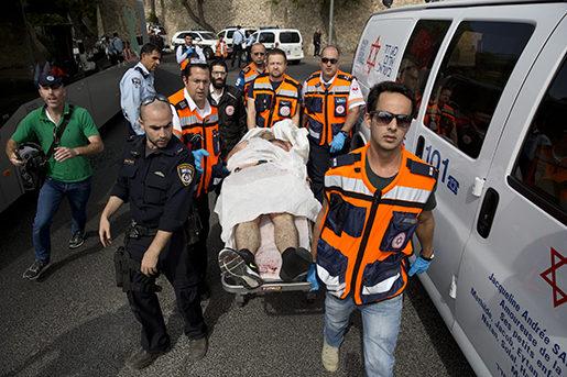 En skadad person förs till sjukhus efter den senaste attacken på tisdagen. Foto: AP/TT.