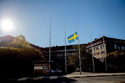Flaggan vajar på halvstång utanför skolan Kronan. Foto: Adam Ihse