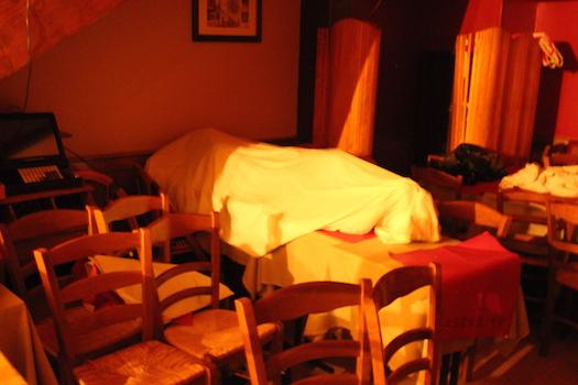 Sow Thierno, från Senegal, har dragit ett täcke över sig och sover på några bord som han dragit ihop. Foto: Erik Larsson
