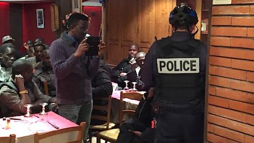 Polisen kommer en halvtimme efter att de papperslösa ockuperat restaurangen. Foto: Erik Larsson