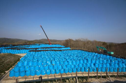 På ett berg i Shidamyo, 27 km från kärnkraftverket, lagras 10000 säckar med kontaminerad jord. Foto: Christina Sjögren