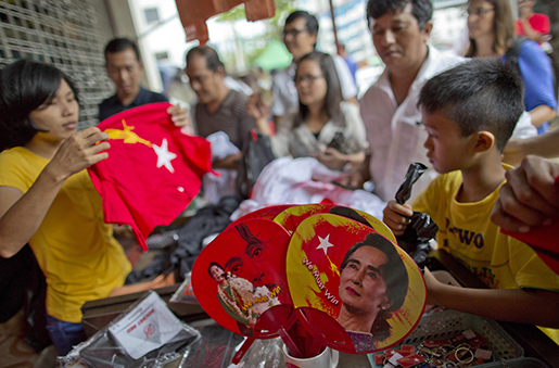 Bilder på oppositionsledaren – och troligen segraren i valet – Aung San Suu Kyi säljs i en souvenirbutik. Foto: AP Photo/Gemunu Amarasinghe