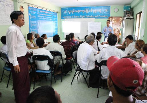 Yangon 2015-10-21 Olika deltagare i undervisningen. Tr‰ning fˆr frivilliga valobservatˆrer som ska kontrollera rˆstningsfˆrfarandet i den lokala vallokalen i stadsdelen Kyee Myin Daing sˆndagen den 8 november. Foto: Anna Karolina Eriksson / TT / kod 10510