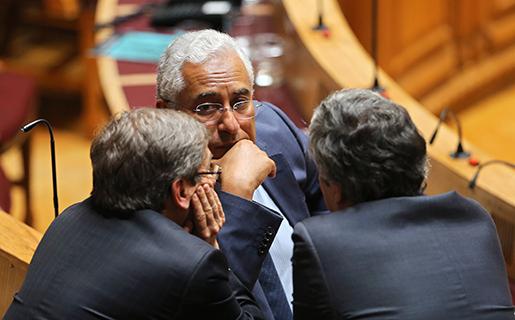 Socialistpartiets ledare Antonio Costa diskuterar vägen framåt med partikamrater i parlamentet. Foto: AP / Armando Franca