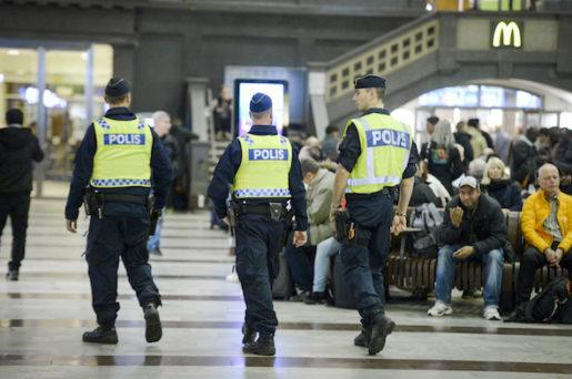 """STOCKHOLM 2015-11-18 Poliser patrullerar Stockholms centralstation ponsdagskv‰llen. TerrorhotnivÂn i Sverige hˆjdes ponsdagen frÂn tre till fyra pen femgradig skala. En fyra inneb‰r """"hˆgt hot"""", enligt hotnivÂskalan. Fott: Janerik Henriksson / TT / kod 10010"""