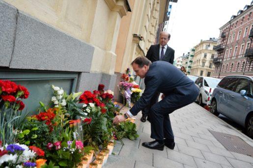 STOCKHOLM 20151114 Statsminister Stefan Lˆfven, i bakgrunden Frankriks ambassadˆr i Sverige Jacques Lapouge, l‰gger ner en ros utanfˆr Frankrikes ambassad i Stockholm. Foto: Johan Nilsson/TT 50090