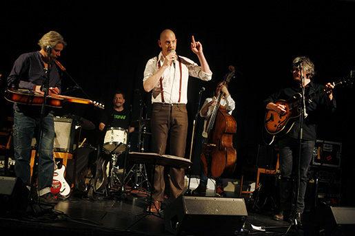 I en gammal frälsningslokal drar Lucas Stark och Joe Hill-bandet sånger som Halleluja gå och driv och Närmare jobb till dig.Foto: Mats Andersson
