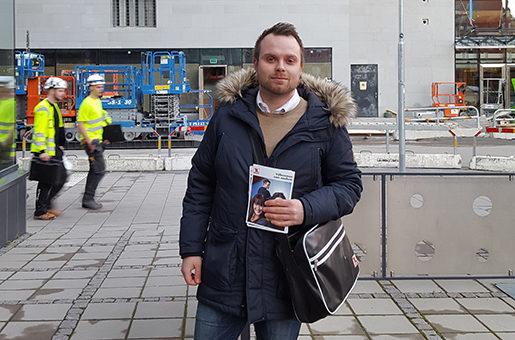 – Vi har varit tidigt ute och lyckats värva medlemmar redan innan köpcentret har öppnat, säger Petter Gustafsson, med medlemsblanketter i handen. Foto: Andres Gonzalez
