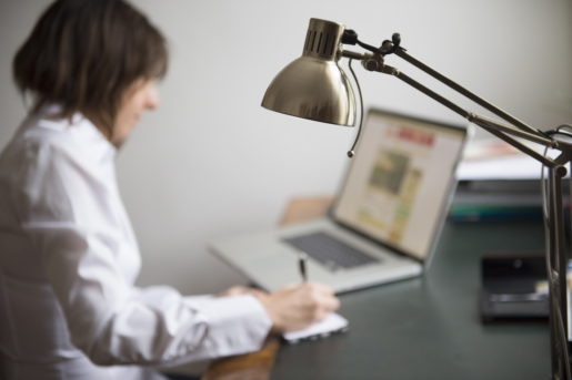 VƒSTER≈S 20130423 Kvinna med datorn igÂng jobbar hemifrÂn Foto: Fredrik Sandberg / SCANPIX / Kod 10180
