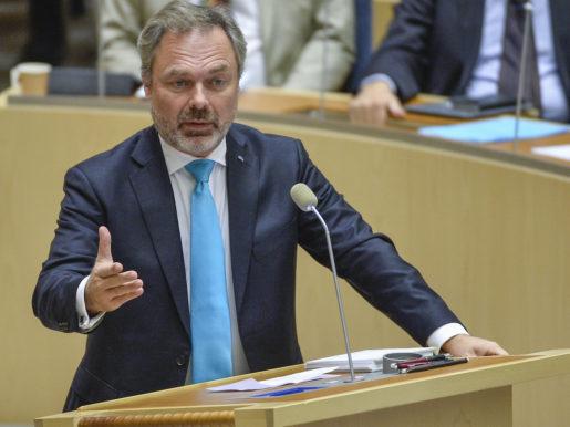 STOCKHOLM 20151014 Folkpartiets Jan Bjˆrklund under onsdagens partiledardebatt i riksdagen. Foto: Anders Wiklund / TT / kod 10040