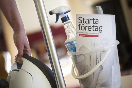 """STOCKHOLM 20131025 Illustrationsbild till att starta eget i st‰dbranschen. En hink med trasa och rengˆringsmedel, dammsugare och broschyren """"Starta fˆretag"""". Foto: Fredrik Sandberg / TT / Kod 10180"""