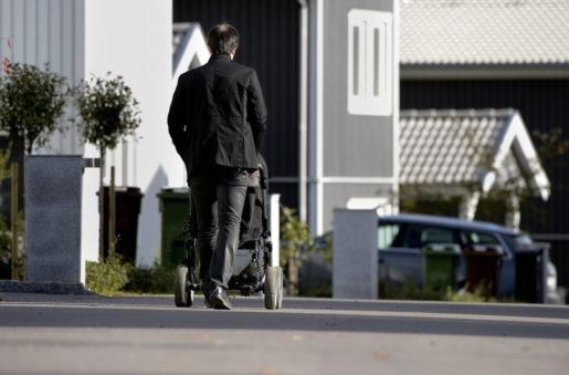 STOCKHOLM 20121008 En fˆr‰ldraledig man ppromenad med sin barnvagn i ett nybyggt bostadsomrÂde Foto: Pontus Lundahl / SCANPIX / kod 10150