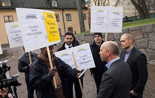 Taxichaufförer demonstrerar för att landstingen ska kräva kollektivavtal vid upphandling av taxibolag. (Arkivbild) Taxichaufförer hör till de sämst betalda yrkesgrupperna – och det beror på att kollektivavtalen är svaga i branschen. Foto: Bertil Enevåg Ericson