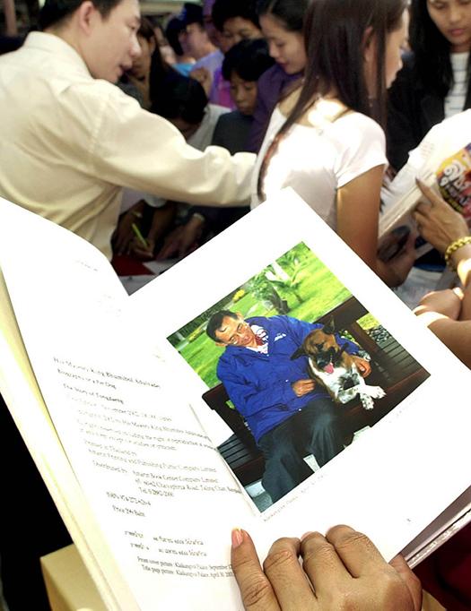 """Efter beskedet att kungens hund, Thongdaeng, dött köade flera thailändare i Bangkok under tisdagen för att köpa boken """"Historien om Thongdaeng"""". Foto: Apichart Weerawong-AP"""