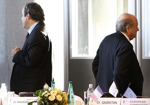 Michel Platini och Sepp Blatter ut i kylan. Foto: AP/Bob Edme