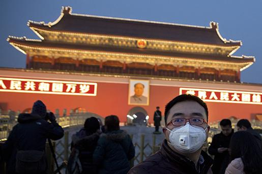En man med munskydd i Peking, där luftföroreningar fått myndigheterna att vidta radikala åtgärder. AP/Ng Han Guan