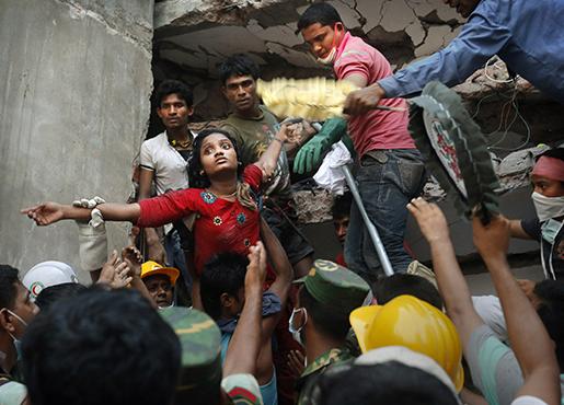En flicka räddas från fabriken Rana Plaza den 25 april 2013. Foto: AP/Kevin Frayer